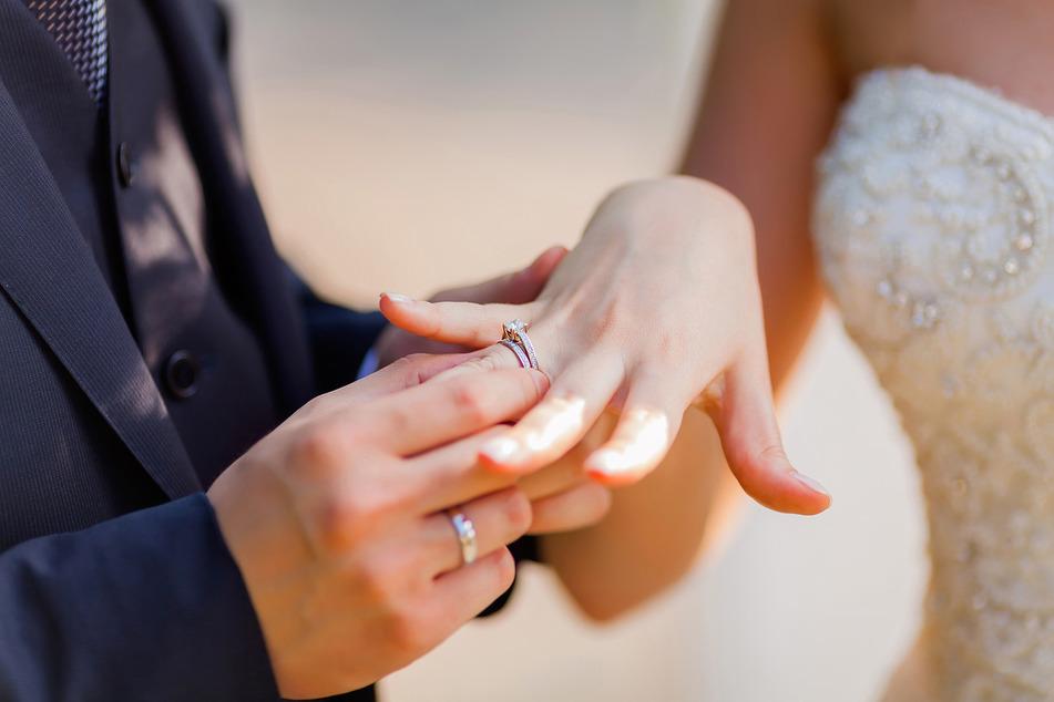 Жених надевает невесте кольцо на палец